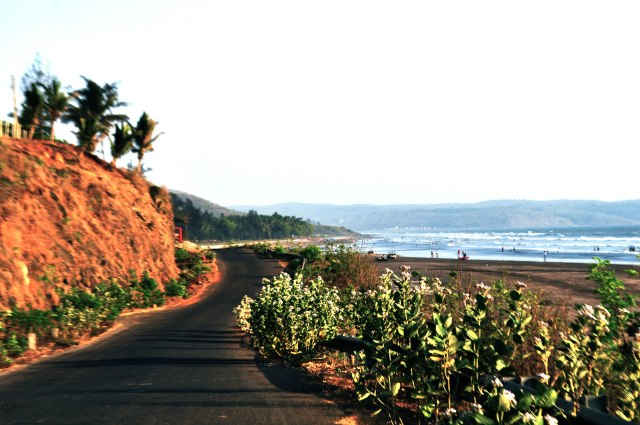 The road by the Karde beach