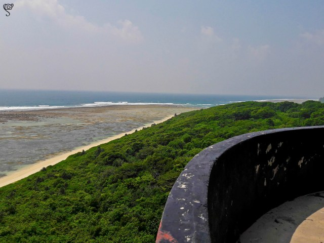 The sea, the mangrove and the lighthouse railing