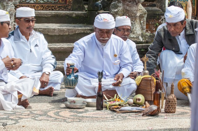 Some religious ceremony in from of the main shrine at Pura Ulun Danu