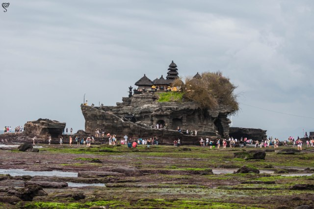 Pura Tanah Lot with the crowd of tourists