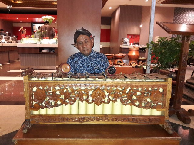 A man playing Gamelan in our hotel