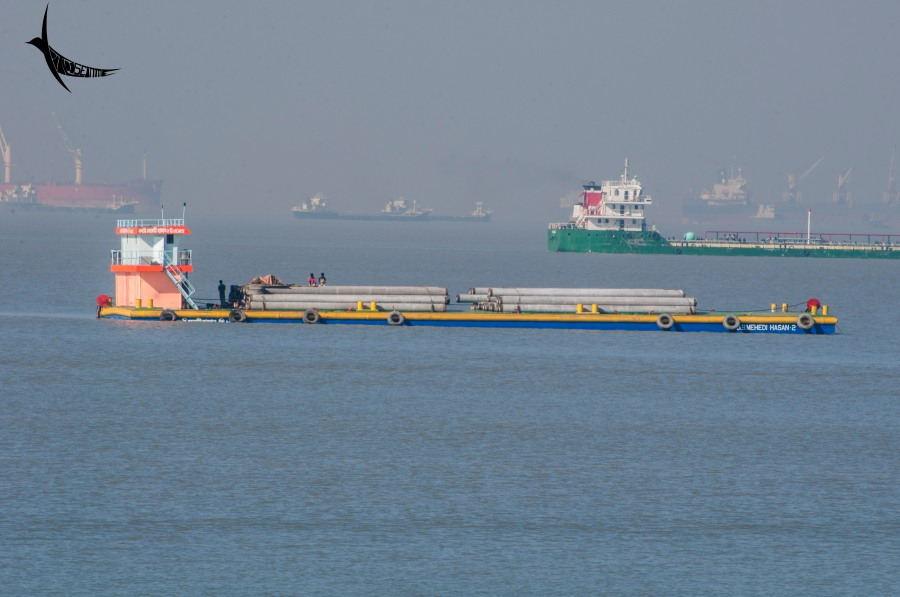 Vessel carrying heavy cargo