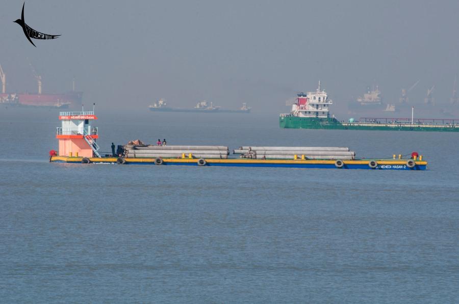 Vessel carrying heavy cargo