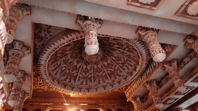 Rich decoration on the ceiling