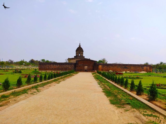 Lalji Temple, built by Bir Singha II is one of the impressive laterite built Ek-Ratna temples in Bishnupur and is enclosed by boundary walls.