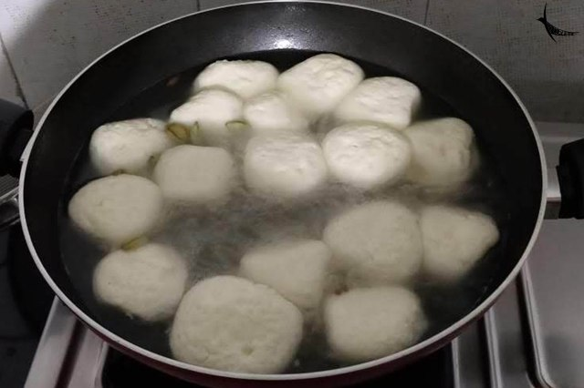 Rosogollas puffing up in the sugar syrup
